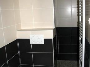 Salle de douche à l'Italienne avec toilettes suspendus
