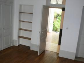 chambre 2 porte ouverte vers salle de douche et chambre 3 au fond