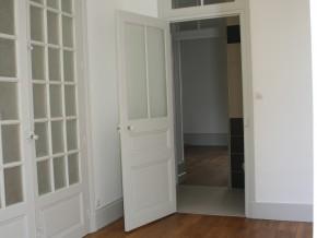 chambre 3 porte ouverte sur salle de douche et chambre 2 au fond