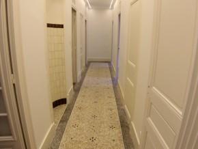 Couloir d'accès aux pièces éclairé par deux rampes lumineuses et économiques à LED.